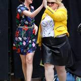 "18. Mai 2015: High-Five - Als witziges Duo sind Dakota Johnson und Rebel Wilson am Set von ""How To Be Single"" unterwegs."