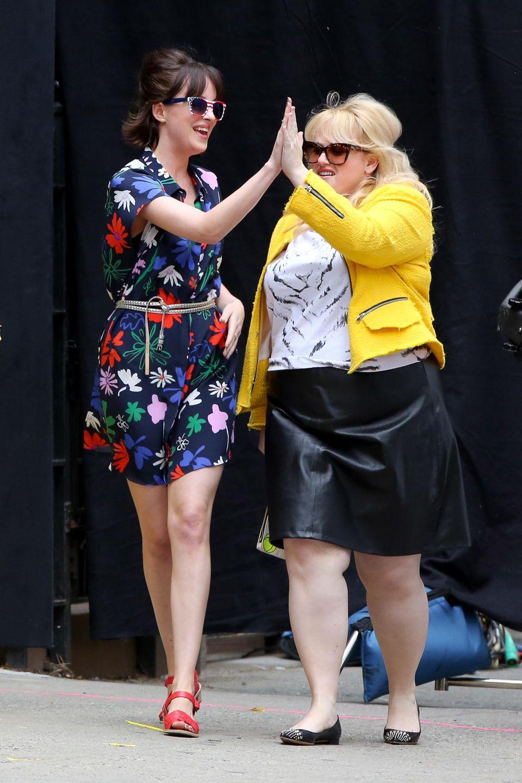 """18. Mai 2015: High-Five - Als witziges Duo sind Dakota Johnson und Rebel Wilson am Set von """"How To Be Single"""" unterwegs."""
