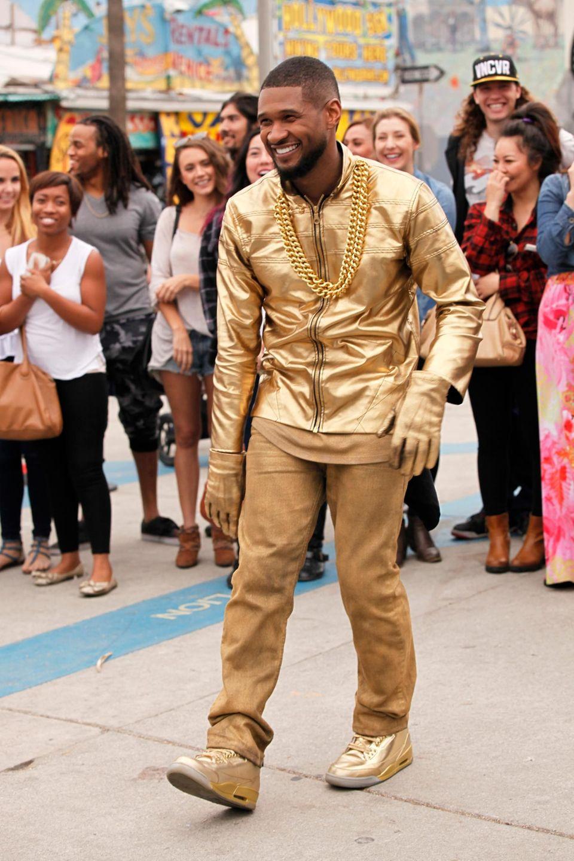 """26. Januar 2015: Usher im Goldrausch: Bei den Dreharbeiten für """"The Voice"""" tanzt Usher auf der Straße."""