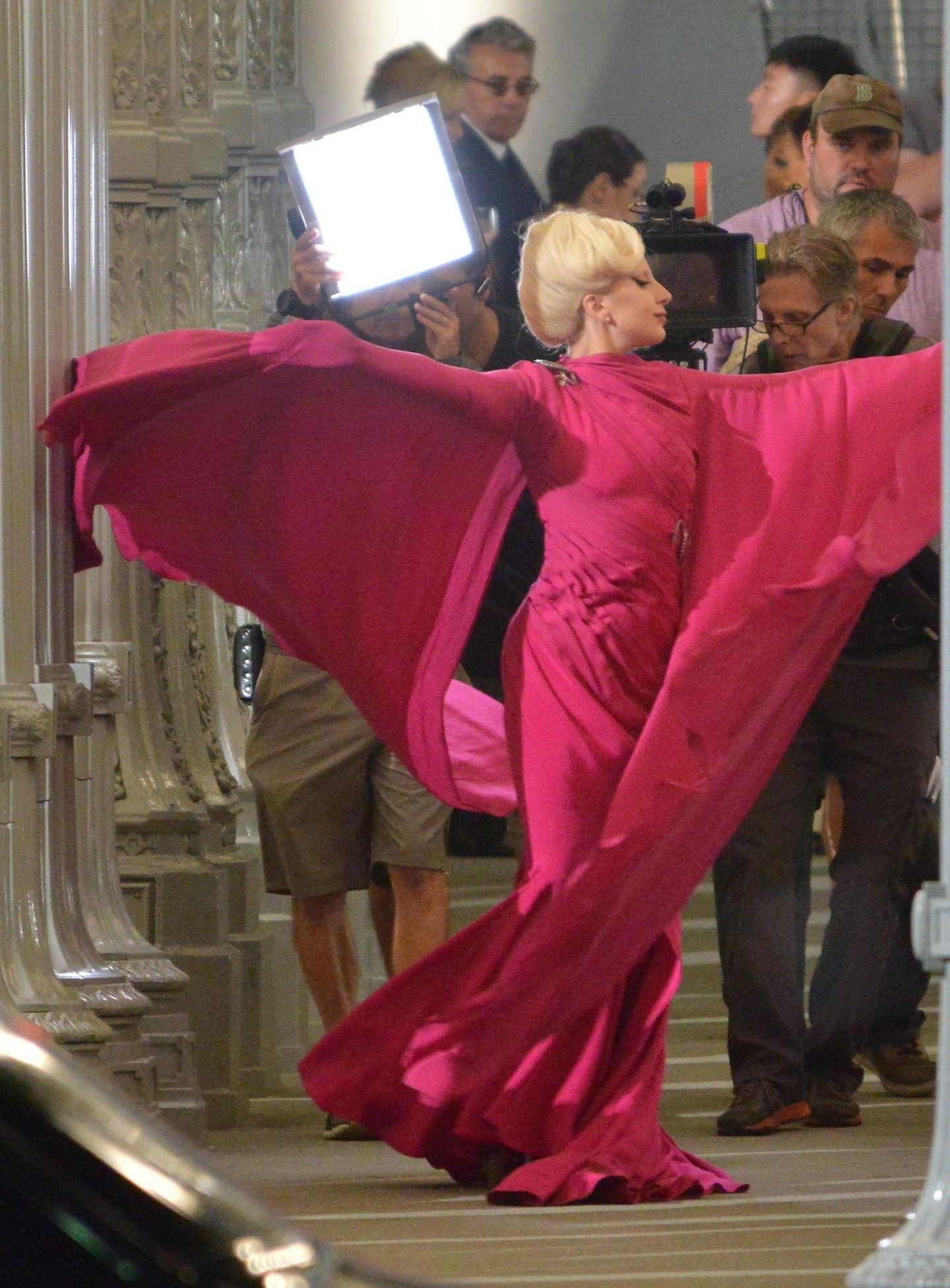 """19. August 2015: Lady Gaga tanzt für """"American Horror Story: Hotel"""" in einem pinken Kleid durch Los Angeles."""
