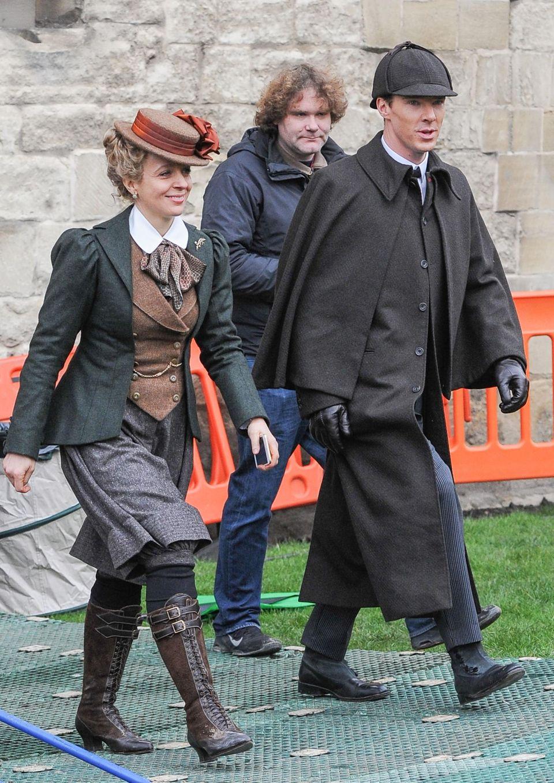 """22. Januar 2015: Für die Serie """"Sherlock"""" sind Amanda Abbington und Benedict Cumberbatch auf dem Weg zur """"Kathedrale von Gloucester"""". Das unter Denkmalschutz stehende Gebäude diente schon für den Film """"Harry Potter"""" als geheimnisvolles Set."""