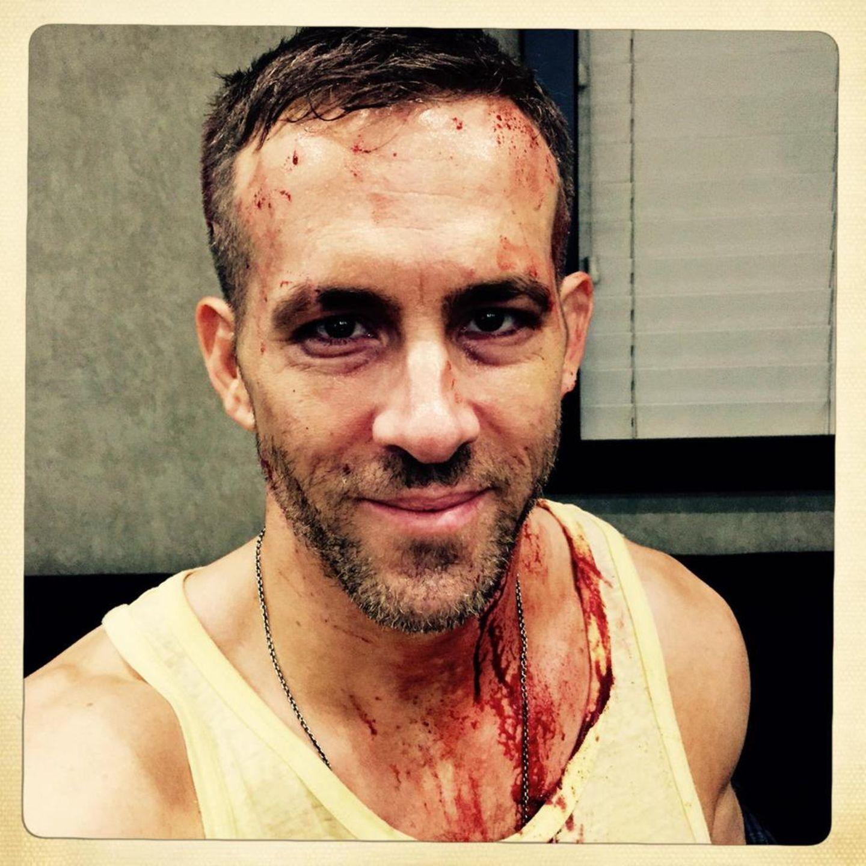 """25. April 2015: Ryan Reynolds hält uns wieder auf den Laufenden. Die erste Hälfte der Dreharbeiten von """"Deadpool"""" ist geschafft. Ryan scherzt bei Twitter: """"Mir geht es gut. Den anderen Jungs? Nicht so wirklich."""""""