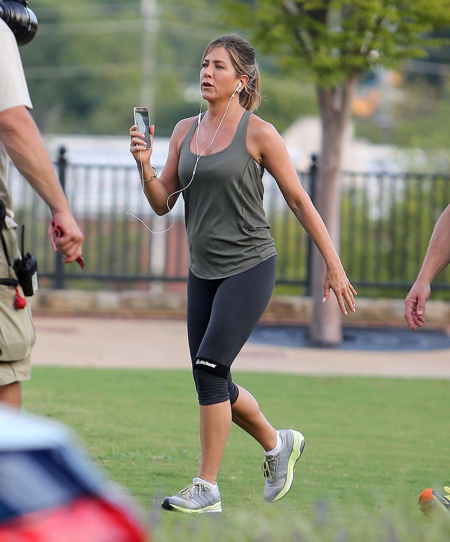 """1. September 2015: Bei den Dreharbeiten zu dem Film """"Mother's Day"""" geht es für Jennifer Aniston sportlich zu."""