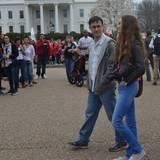 """7. April 2015: Die Dreharbeiten für den neuen """"Snowden"""" laufen auf Hochtouren. Hauptdarsteller Joseph Gordon-Levitt und Filmfreundin Shailene Woodley drehen heute vor dem weißen Haus."""