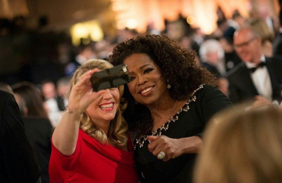 Alle wollen ein Selfie mit Oprah Winfrey.