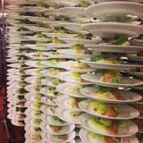 Als Vorspeise gibt es Waldorfsalat für die prominenten Gäste.
