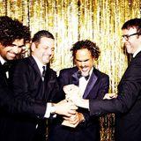 """Vier Herren und ein Golden Globe: Alejandro G. Iñárritu, Nicolás Giacobone, Alexander Dinelaris, and Armando Bo von """"Birdman"""" fighten, wer es halten darf."""