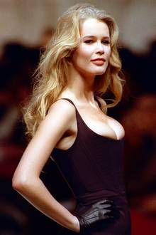 Die Anwaltstochter aus Rheinberg am Niederrhein hat es bis ganz nach oben geschafft: Mit dem Sexappeal einer Brigitte Bardot, blonder Mähne und perfekten Proportionen eroberte Claudia Schiffer die Modebranche im Sturm. Einer ihrer größten Verehrer: Superdesigner Karl Lagerfeld.