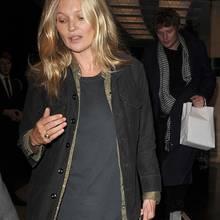 Noch nie hat es um ein Model solch einen Kult gegeben wie um Kate Moss. Mit über 40 Jahren ist die Britin so beliebt und gefragt wie eh und je - und das obwohl ihre Party-Eskapaden und die vielen Jahre im Model-Business deutliche Spuren hinterlassen haben. Das sieht man ganz besonders, wenn sie privat - also ungestylt und im Lodder-Look - unterwegs ist. Doch ganz ehrlich: Egal wie sie aussieht, Kate Moss ist und bleibt eine Ikone!