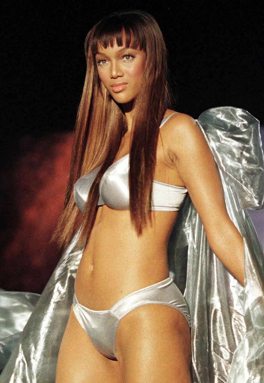 Gleich in ihrer ersten Saison 1991 wurde Tyra Banks bei der Pariser Fashion Week für 25 Shows gebucht. Chanel, Valentino, Fendi, Yves Saint Laurent und viele andere zählen zu den Marken, für die sie warb. Als erste Afroamerikanerin war sie auf dem Cover der GQ und Sports Illustrated Swimsuit Issue zu sehen.