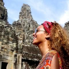 In Kambodscha genießt sie die Atmosphäre alter Tempelanlagen.