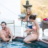Im Pool will Petra die Chance auf ein Einzelgespräch nutzen. Samantha genehmigt sich lieber noch ein Glas Champagner.