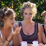Zisan, Karina und Natascha unterhalten sich in der Ladysvilla.