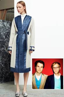 Vor einem Jahr brach das deutsches Designer-Duo Thomas Bentz und Oliver Lührs nach England auf, um von dort aus mit seinem Label Achtland international zu überzeugen.   Ein Mantel im cleanen Schnitt aus Metallic-Material aus der Achtland-Herbstkollektion 2015.