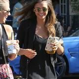 29. Juli 2015: Nina Dobrev kichert mit ihrer Freundin beim Kaffeplausch in West Hollywood.