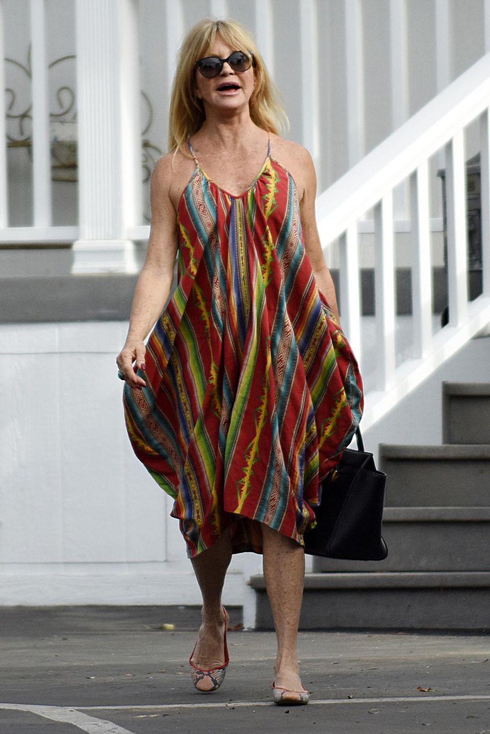 25. Oktober 2015: Luftig und locker macht Goldie Hawn sich auf den Weg zu einem Restaurant am Strand von Santa Monica.