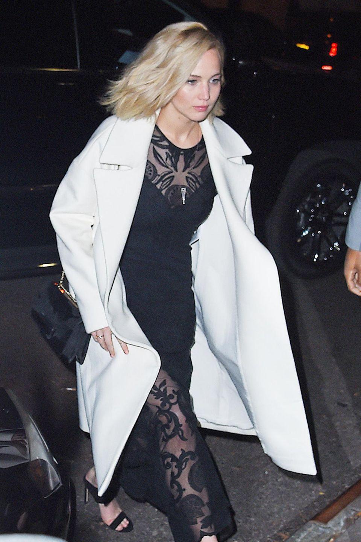 20. November 2015: Jennifer Lawrence betritt in einem atemberaubenden Kleid ebenfalls das Restaurant. Star-Flashmob? Vielleicht, denn auch Adele ist dort zum Essen...