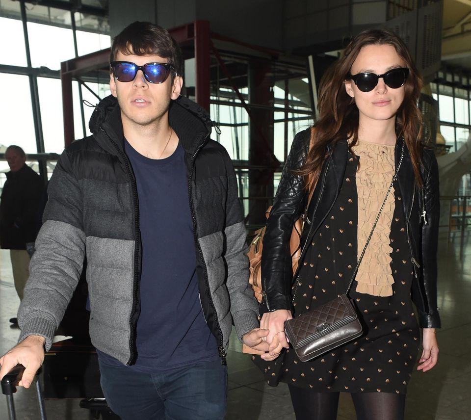 10. Februar 2015: Keira Knightley und ihr Mann James Righton sind in Heathrow gelandet. Ihrem Babybauch versteckt Keira gerne unter etwas weiteren Klamotten. Das Paar erwartet sein erstes Kind.