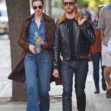 24. Mai 2015: Wie ein Gentleman trägt Adam Shulman, Anne Hathaways Tasche während sie zusammen in New York City unterwegs sind.