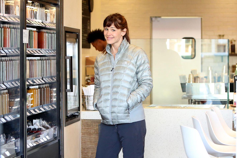 """10. März 2015: Jennifer Garner testet in Santa Monica einen """"Superfoods""""-Laden, scheint angetan und nimmt einige Produkte mit nach Hause."""