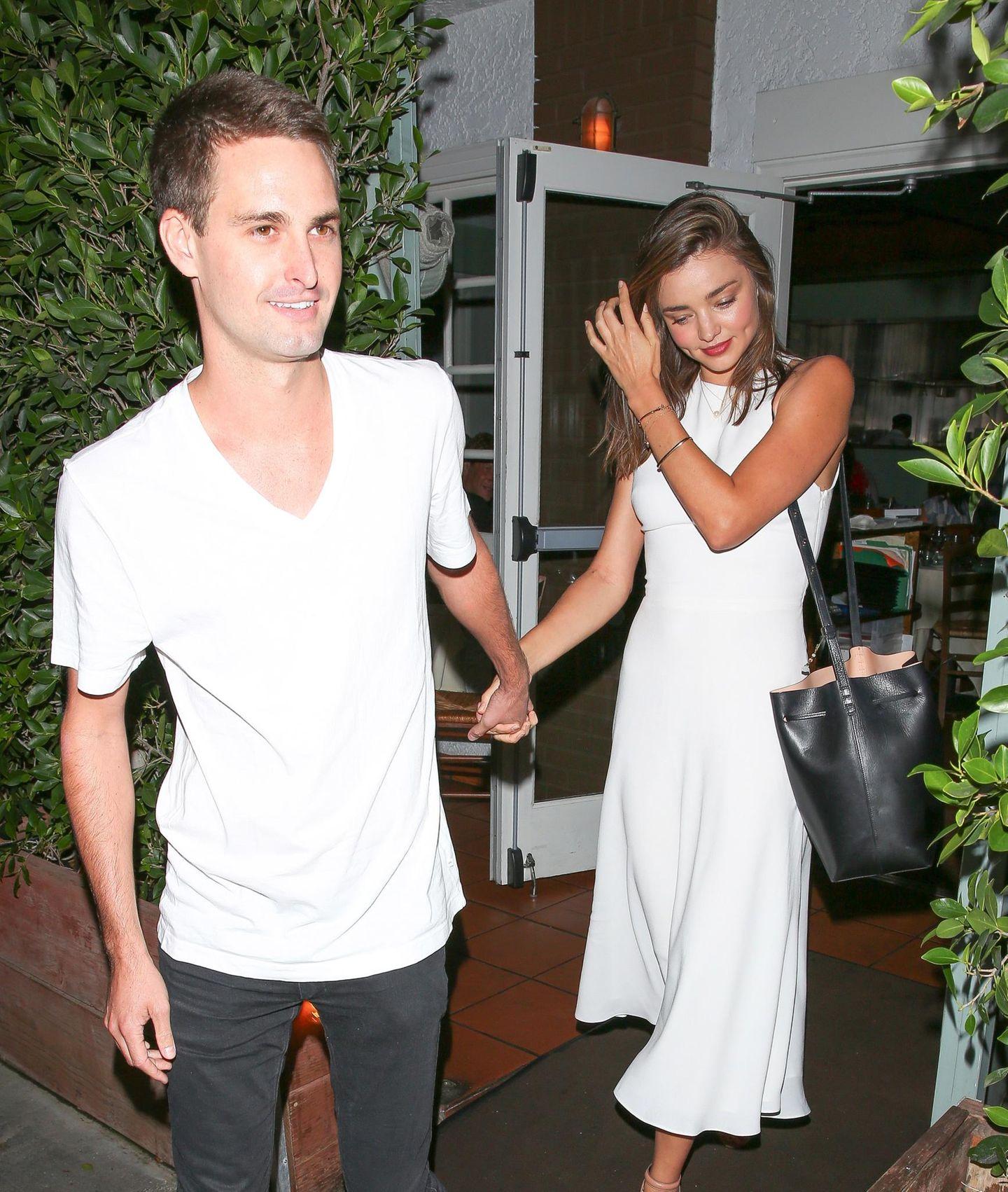 20. September 2015: Snapchat-Millionär Evan Spiegel und Miranda Kerr verlassen Hand in Hand ein Restaurant in Santa Monica.