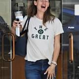 21. September 2015: Jennifer Garner kommt bestens gelaunt aus einem Kaffeeshop.