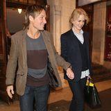 26. Oktober 2015: Nach einem Auftritt von Nicole verlassen Keith Urban und Nicole Kidman Händchen haltend das Londoner Noel Coward Theater.
