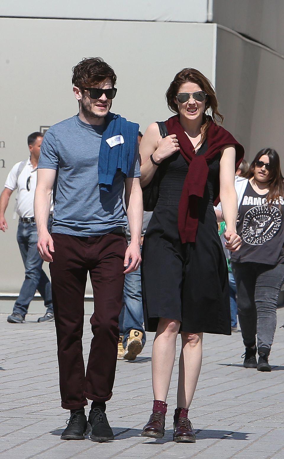 22. April 2015: Iwan Rheon erkundet mit Freundin Zoe Grisedale den Schlosspark in Paris.