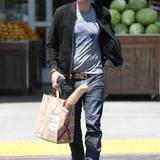 15. Juli 2015: Heimweh bekommt man am Besten über das Essen gebändigt. Olivier Martinez, der gebürtige Franzose, kauft sich ein Baguette in einem Delikatessenladen in Beverly Hills und vielleicht ist in seiner Tüte auch ein gutes Stück französischer Käse und Wein aus der Heimat.