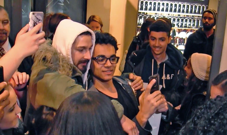 12. November 2015: Der Schauspieler Shia La Beouf sieht beim Posen mit seinen Fans etwas müde aus.