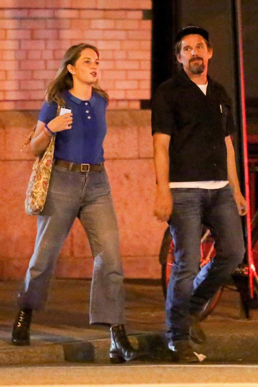 29. August 2015: Schauspieler Ethan Hawke streunt an einem Samstag Abend mit seiner Tochter Maya durch das West Village in New York.