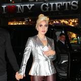 5. November 2015: Lady Gaga glitzert mit der Deko des New Yorker Souvenirshops um die Wette.