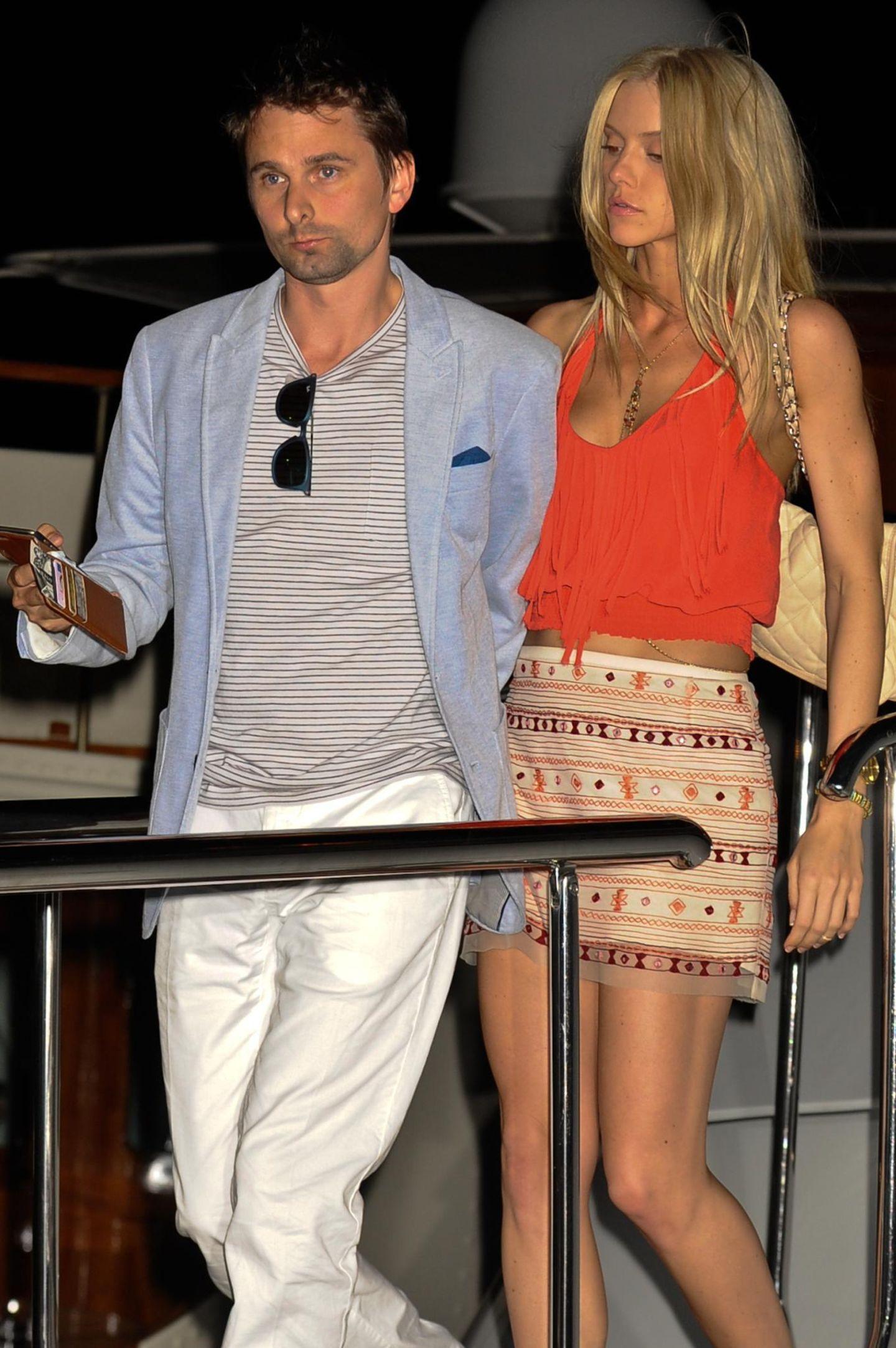20. Mai 2015: Matt Bellamy steigt mit seiner neuen Freundin Ella Evans auf eine Yacht in Cannes, um dort eine Party zu feiern. Sein Beuteschema scheint sich jedoch nicht geändert zu haben, seine neue Begleitung erinnert uns doch sehr an Kate Hudson.