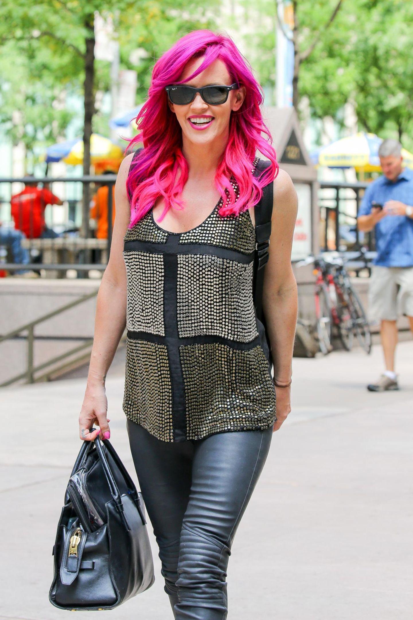 29. Juli 2015: Jenny McCarthy verlässt mit pinkfarbenen Haaren und Lippenstift die SiriusXM Studios in New York.