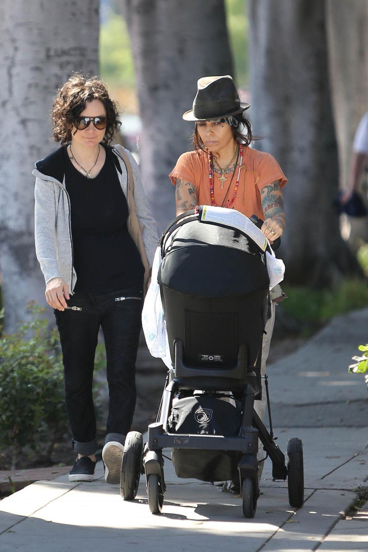 30. März 2015: Sara Gilbert und Linda Perry machen einen Spaziergang mit ihrem ersten gemeinsamen Kind Rhodes. Die Schauspielerin brachte den Jungen Ende Februar zur Welt.
