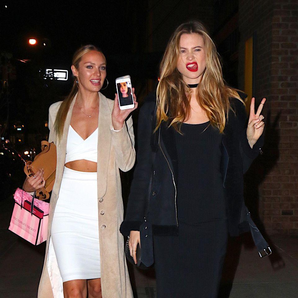 8. Dezember 2015: Candice Swanepoel und Behati Prinsloo sind mit ein paar weiteren Engeln von Victoria's Secret auf dem Weg zur Fashion Show Afterparty.