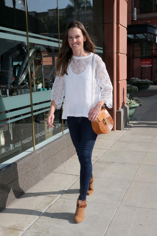 """4. Februar 2015: Hilary Swank sieht großartig aus! Ihre """"Chloe Drew bag"""" passt hervorragend zu den Schuhen."""