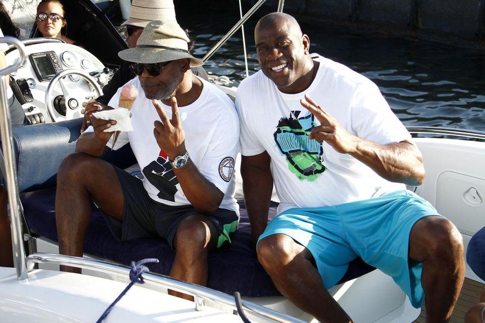 19. Juli 2015: Samuel L. Jackson und Magic Johnson sitzen im französischen St. Tropez zusammen in einem Boot.