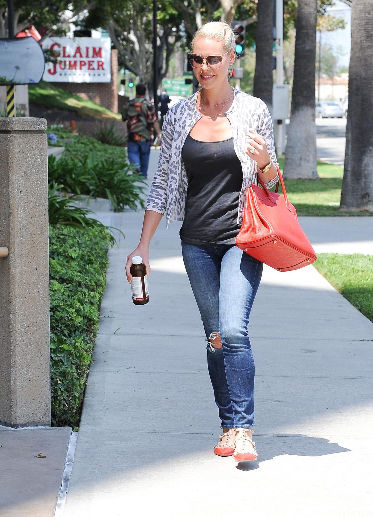 10. August 2015: Katherine Heigl ist freudestrahlend in Los Angeles unterwegs.