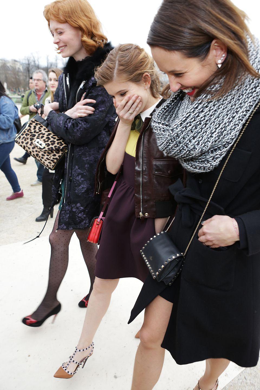 10 März 2015: Kate Mara hat sichtlich Spaß mit ihren Freundinnen, als sie von der Valentino-Show auf der Pariser Fashion Week kommt.