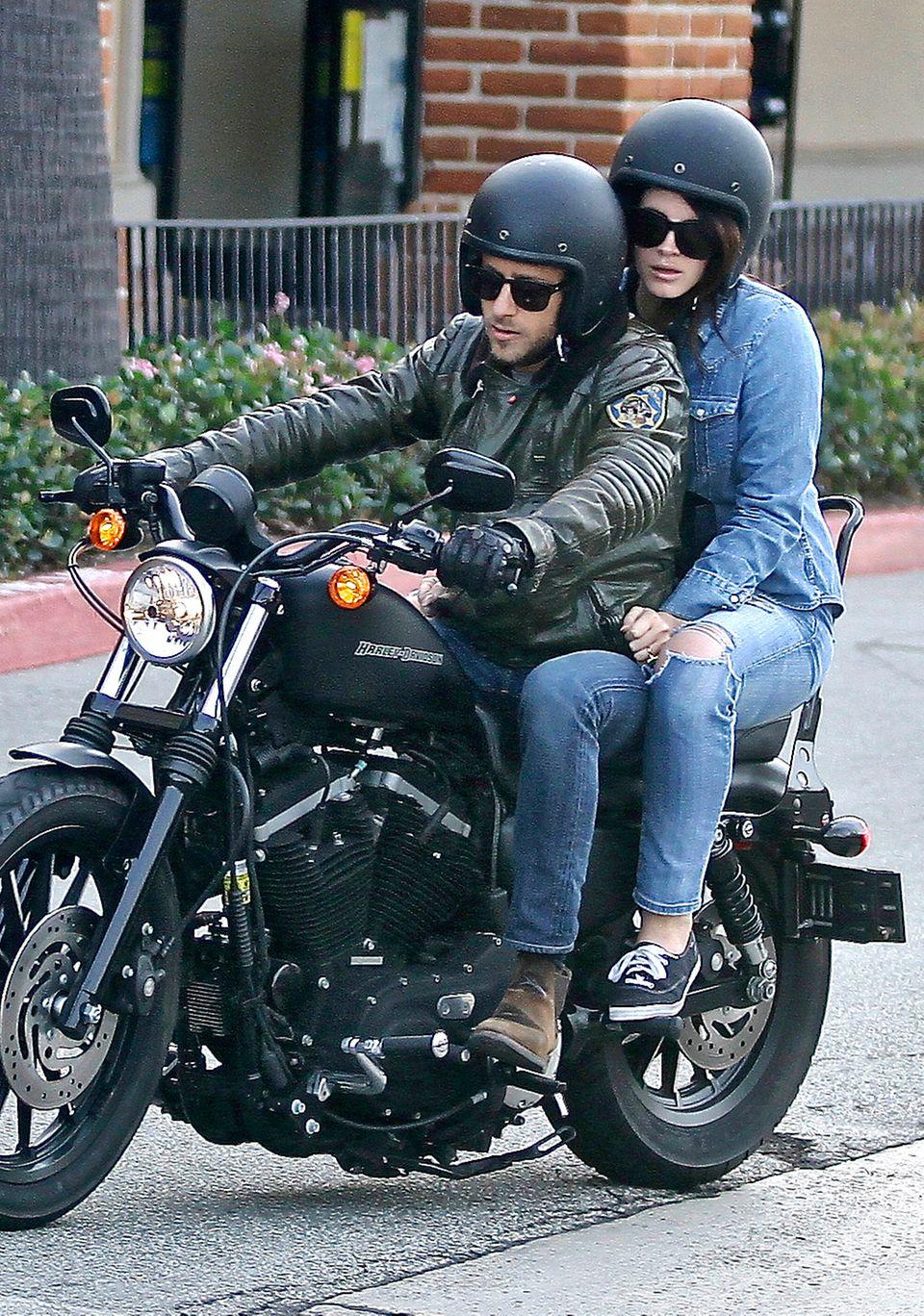 18. Januar 2015: In Malibu machen Lana Del Rey und ihr italienischer Freund Francesco Carrozzini eine romantische Motorradtour.