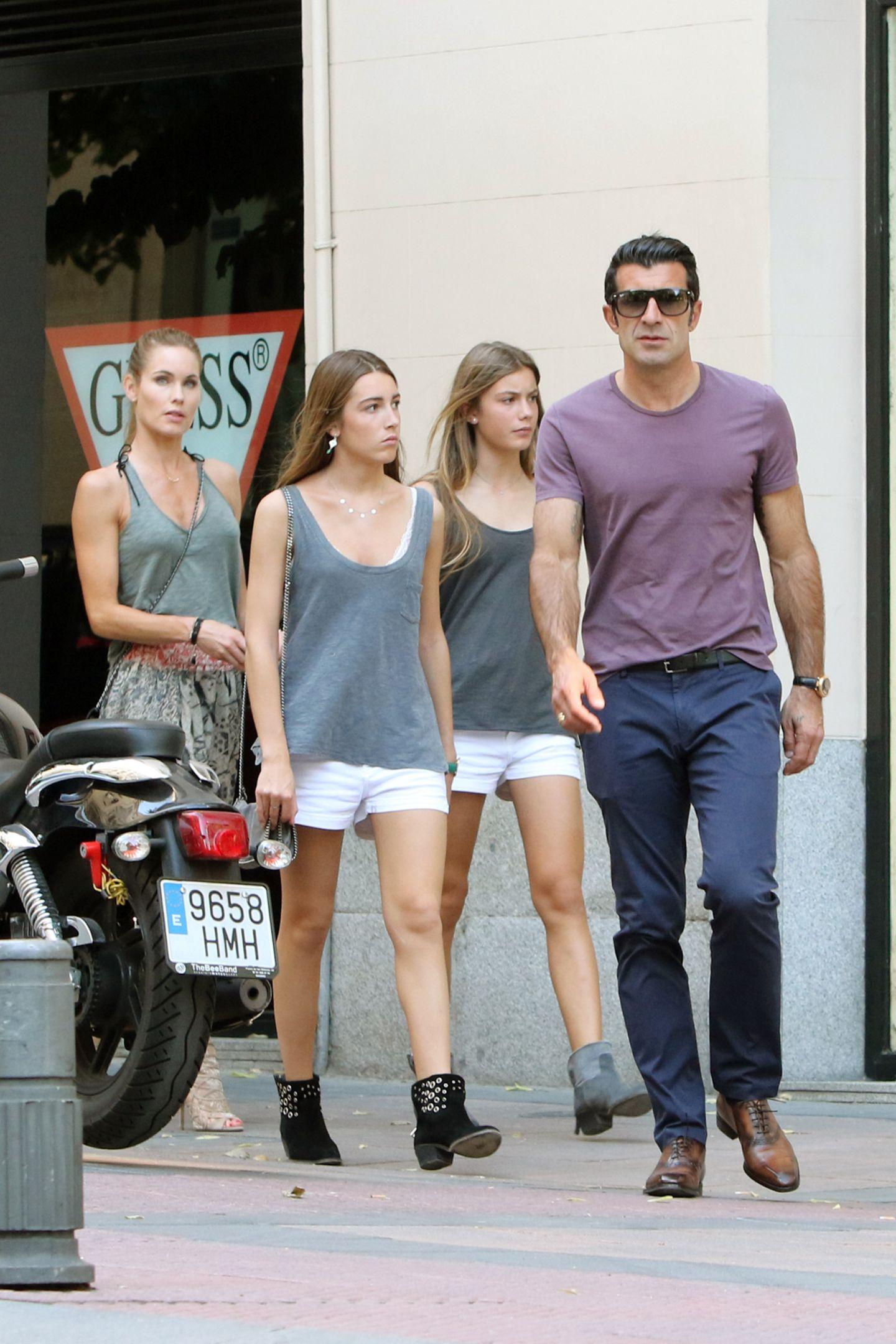 4. Juni 2015: Ex-Fußballer Luis Figo geht mit seiner Frau, dem schwedischen Topmodel Helen Svedin, und zwei seiner drei wunderschönen Töchter in Madrid Shoppen.