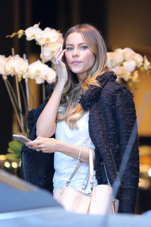 1. Dezember 2015: Firsch zurück aus den Flitterwochen geht Sofia Vergara auf dem Rodei Drive in Beverly Hills shoppen.