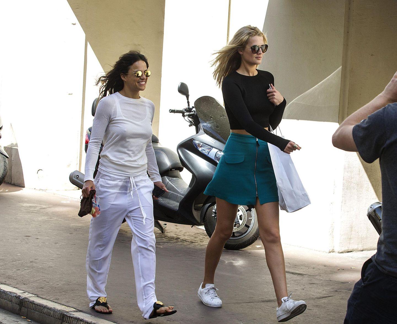 18. Mai 2015: Toni Garrn und Michelle Rodriguez schlendern zusammen durch Cannes.
