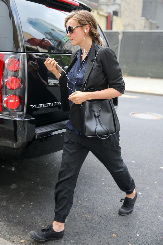 11. Juni 2015: Die schwangere Carey Mulligan kommt mit Musik auf den Ohren am Broadway an.