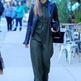 26. Oktober 2015: Olivia Wilde läuft sichtlich entspannt im chicken Jumpsuit und Biker-Lederjacke durch New York.