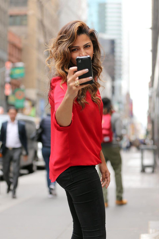 14. April 2015: Camila Alves dreht den Spieß um und macht ein Foto von den Paparazzi.
