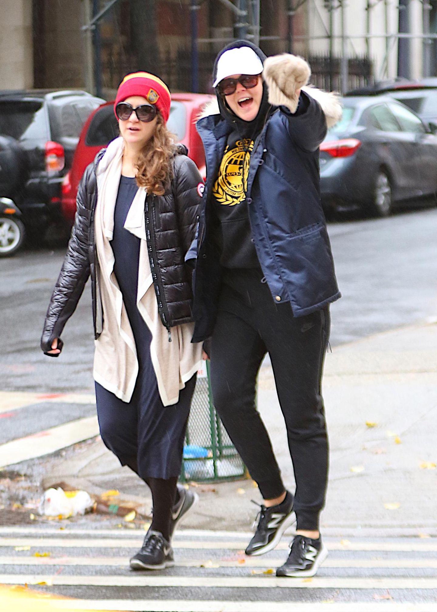 1. Dezember 2015: Amy Schumer schießt ein paar Selfies, während sie mit ihrer Schwester Kim Caramele in New York unterwegs ist.