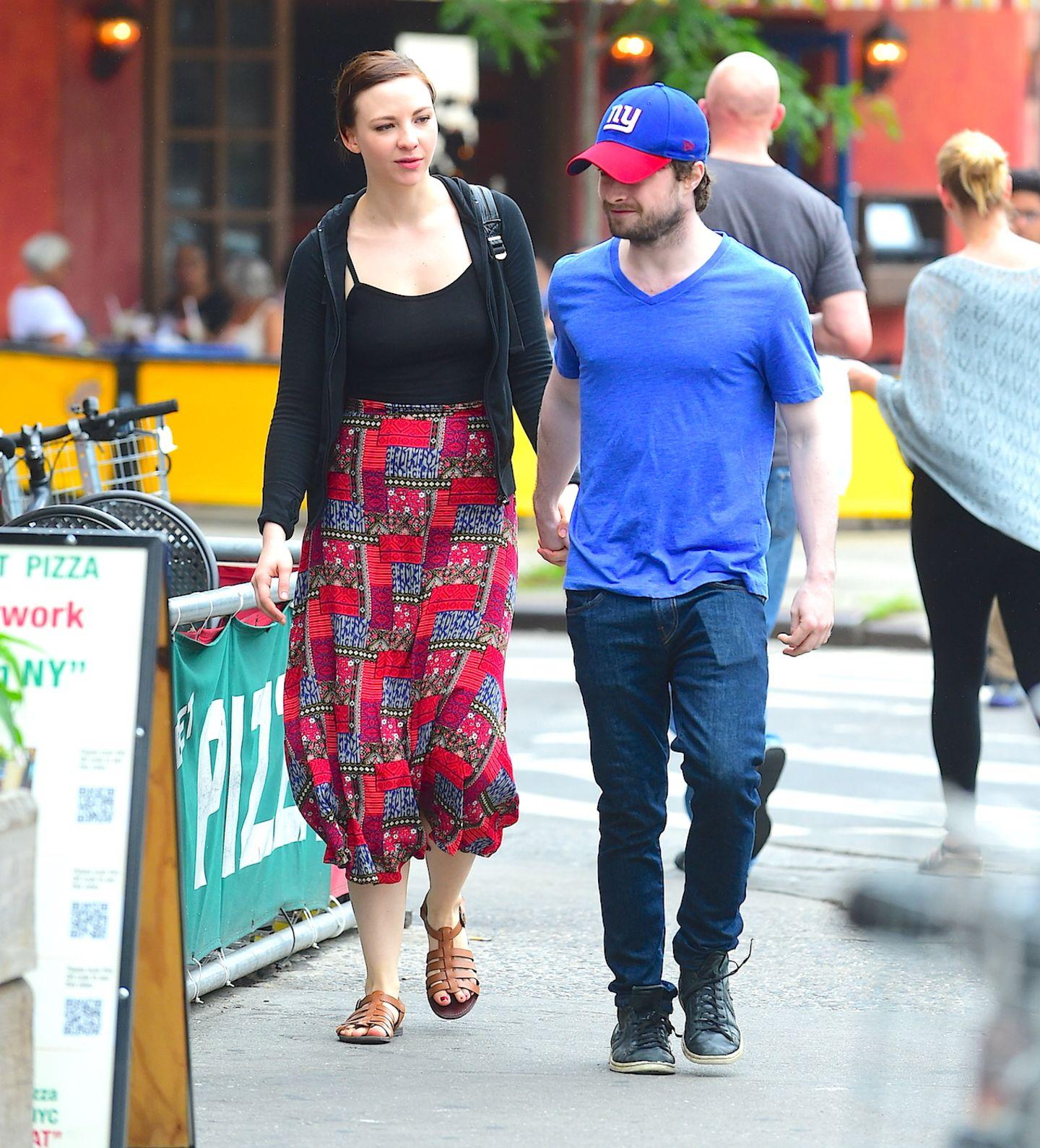 16. Juni 2015: Daniel Radcliffe und seine Freundin Erin Darke treffen sich zum Mittagessen in New York und schlendern danach verliebt durch die Straßen des West Villages.