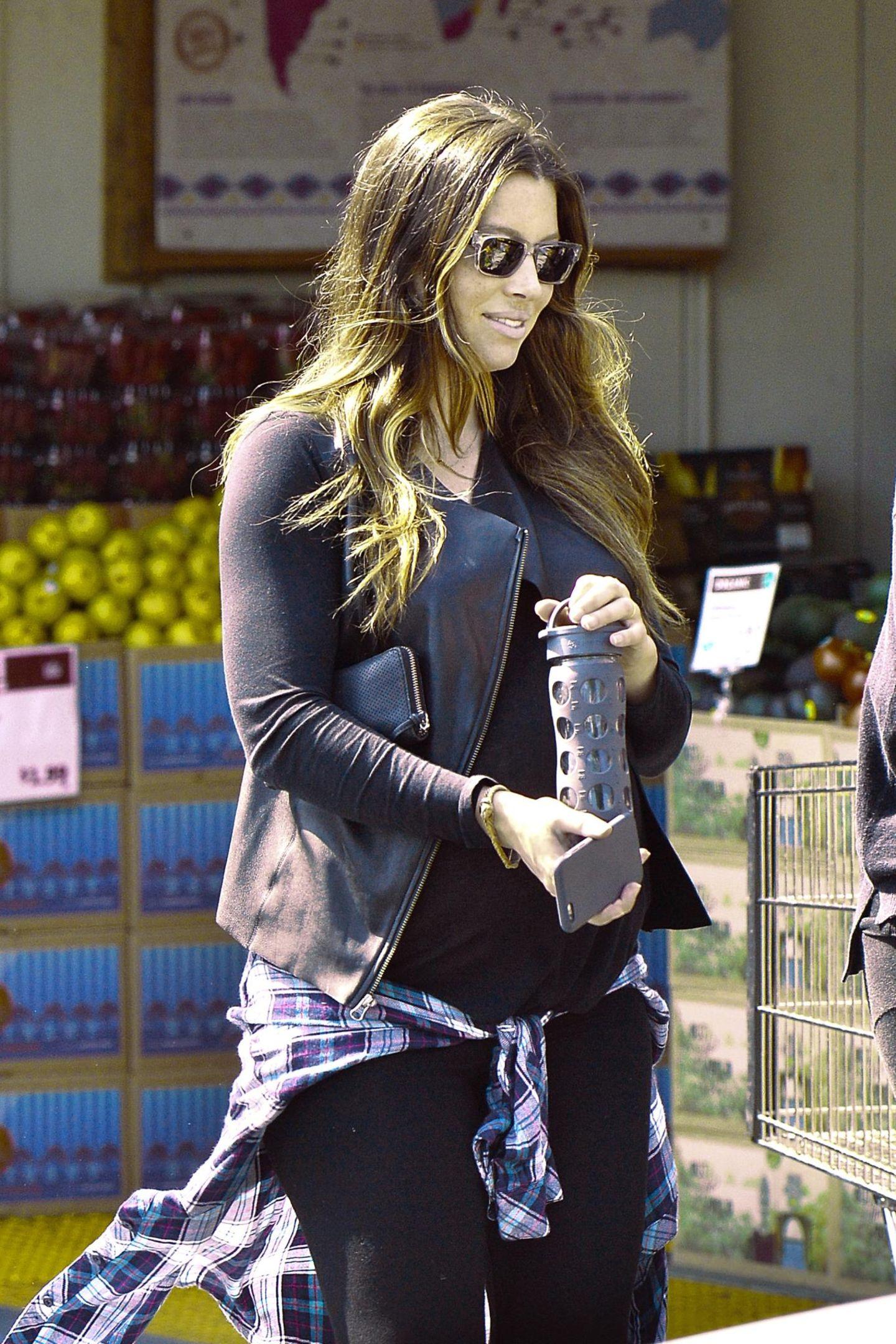 """21. März 2015: Kurz vor der Geburt ihres Babys mit Justin Timberlake kauft Jessica Biel bei """"Whole Foods"""" noch ein paar gesunde Snacks ein."""